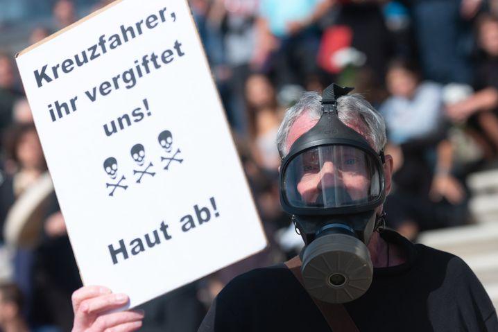 Dieser Mann wird von XR-Aktivisten gebeten, sich zu entfernen, da die Gruppierung nicht mit aggressiven Forderungen auftreten möchte.