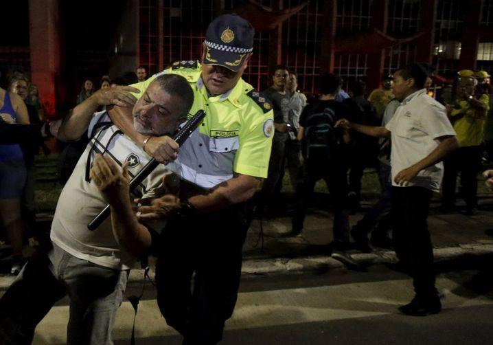 Demonstrant und Polizist bei Protestaktion in Brasília