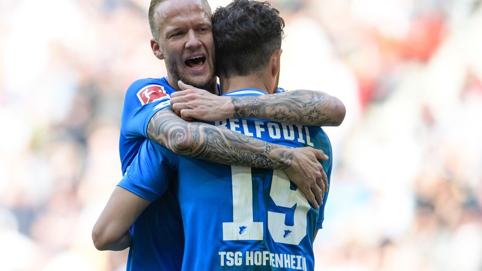 Kevin Vogt jubelt mit Ishak Belfodil