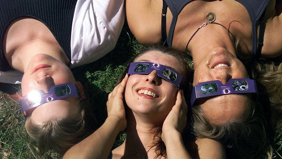 Frauen testen Sonnenfinsternis-Schutzbrillen