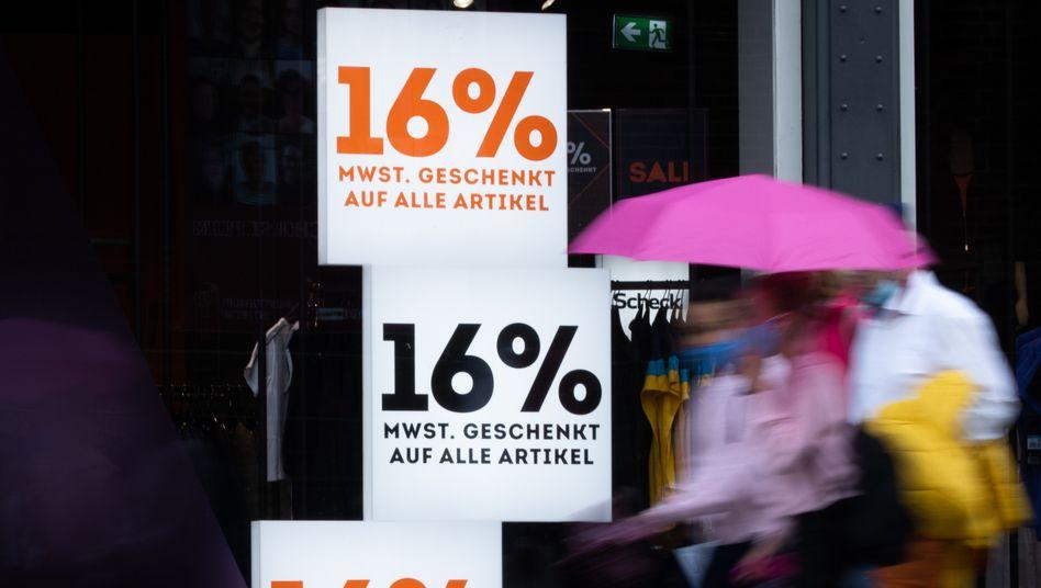 Schaufenster in Hamburger Innenstadt: Händler verbanden Senkung teilweise mit darüber hinausgehenden Rabattaktionen