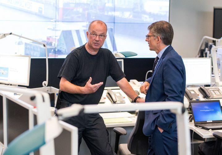 Hartmut Dudde (l.), Hamburgs Polizeipräsident Ralf Martin Meyer am 30. Juni 2017 im G20-Führungsstab
