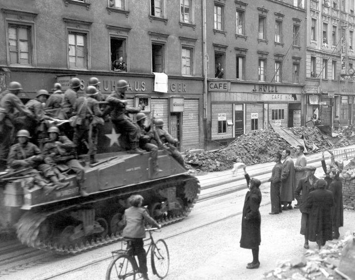 Münchner begrüßen am 30. April 1945 freundlich die einrückenden US-Truppen