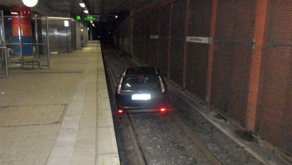 Auto in Dortmunder U-Bahn-Station am Samstag: 800 Meter auf den Gleisen