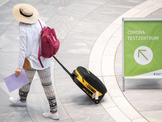 Reisende am Flughafen Stuttgart