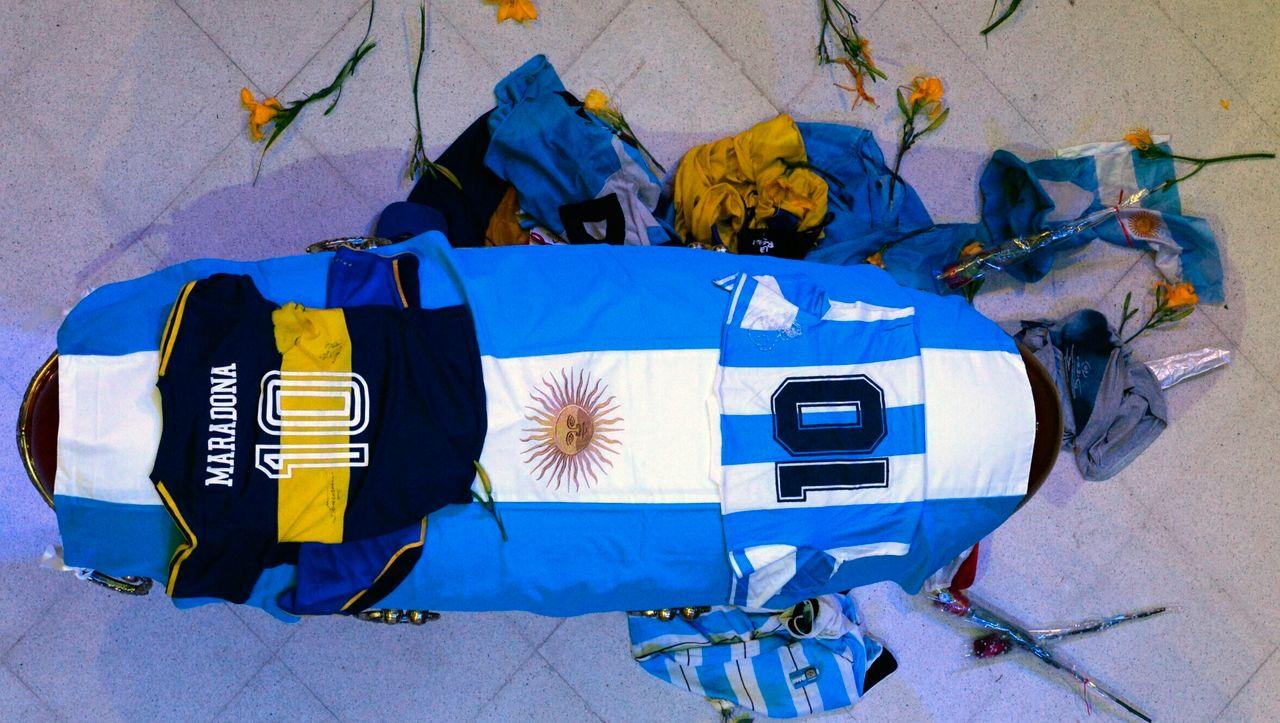 Diego-Maradona-Selfie-am-offenen-Sarg-M-nner-l-sen-Emp-rung-aus