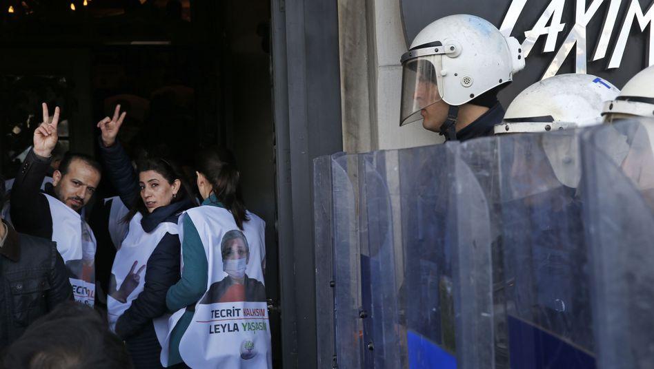 Polizisten begleiten Demonstranten der Partei HDP in Istanbul (Archiv)