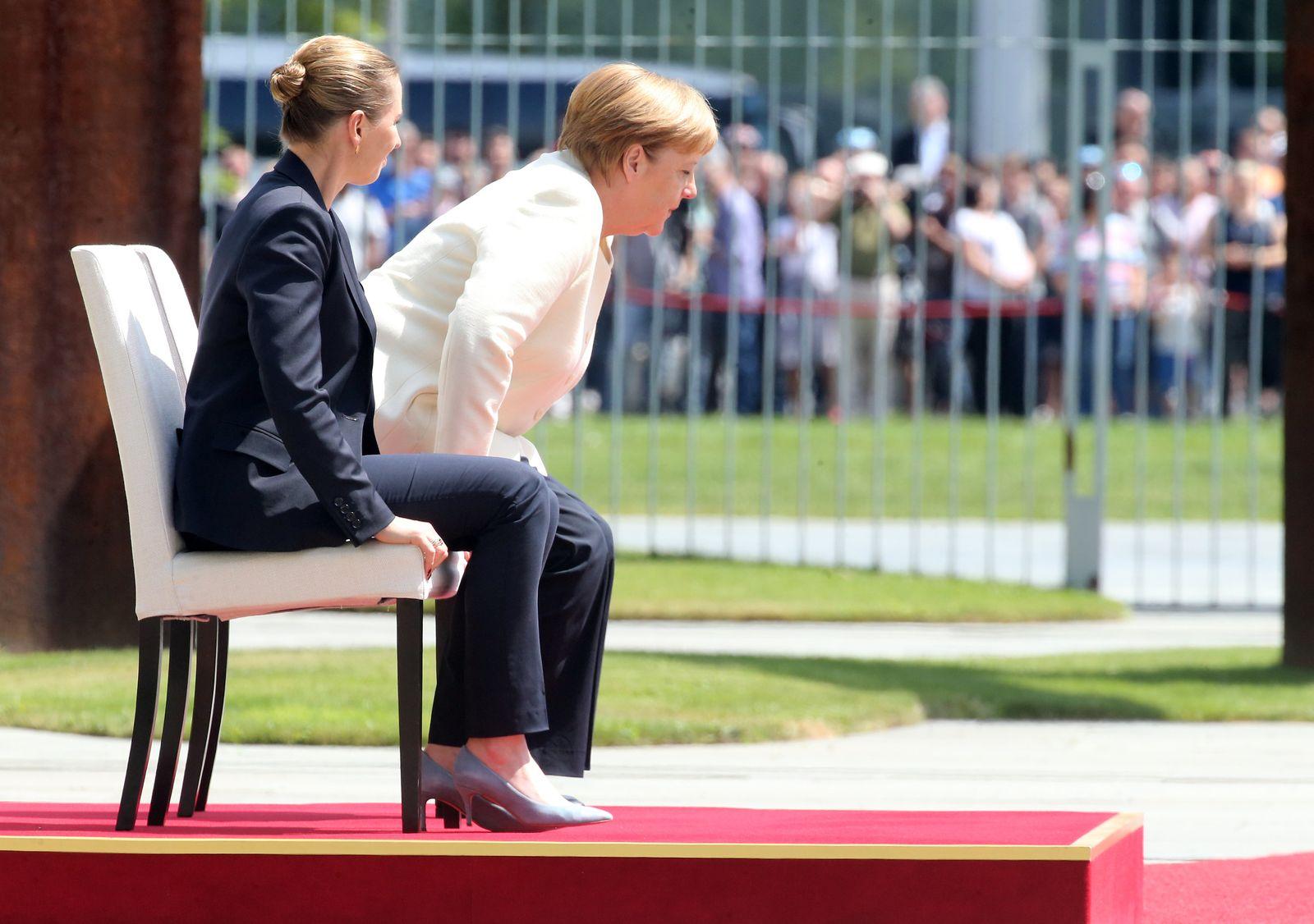 Merkel im Sitzen