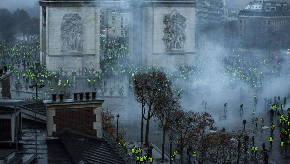 Protests at the Arc de Triomphe in Paris