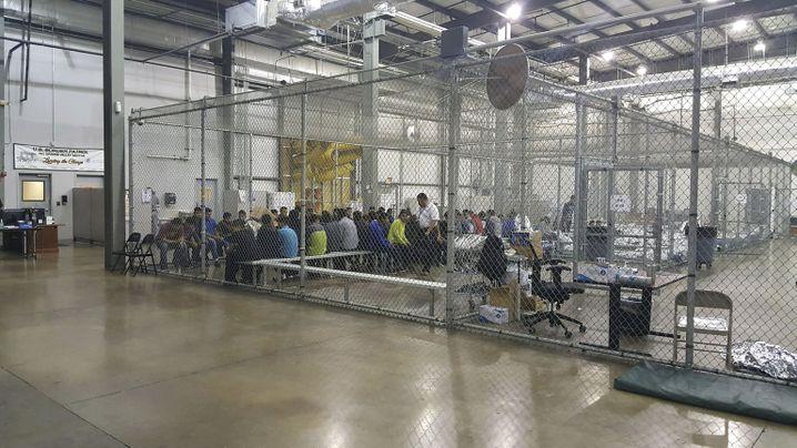 Erwachsene Migranten im US-Grenzlager in McAllen (Texas) im Juni 2018