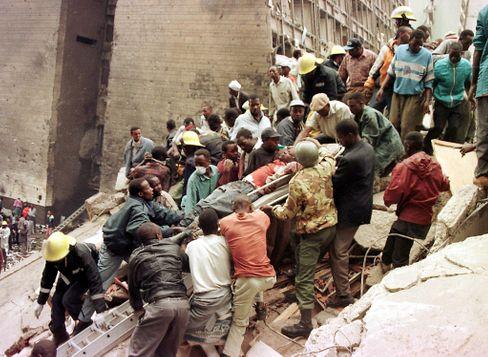 Helfer bergen Verletzte nach dem Anschlag nahe der US-Botschaft in Nairobi am 7. August 1998