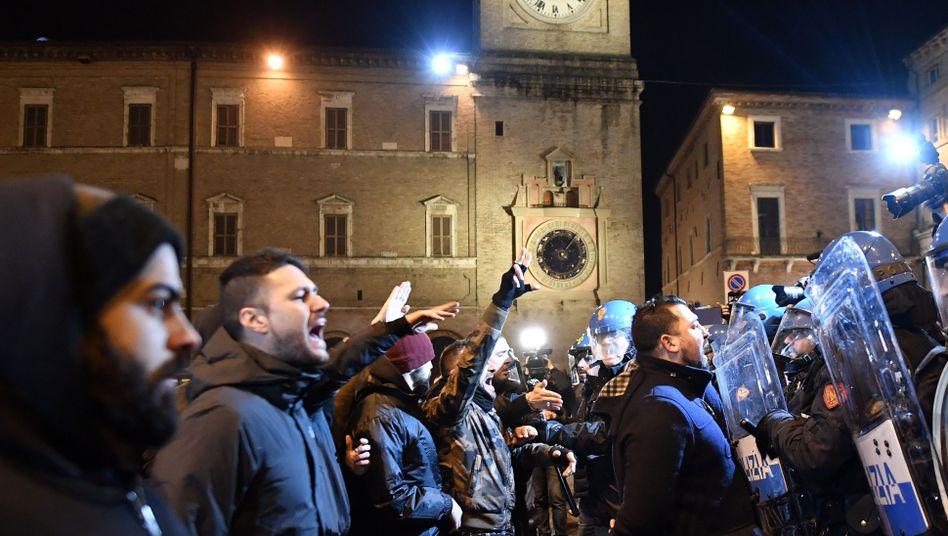 Rechtsextreme und Polizisten in Macerata