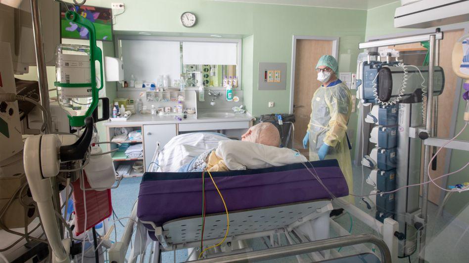 Isoliertes Intensivbett-Zimmer in der Asklepios-Klinik in Gauting, Bayern: Nur knapp die Hälfte der Patienten, die beatmet werden mussten, hat überlebt