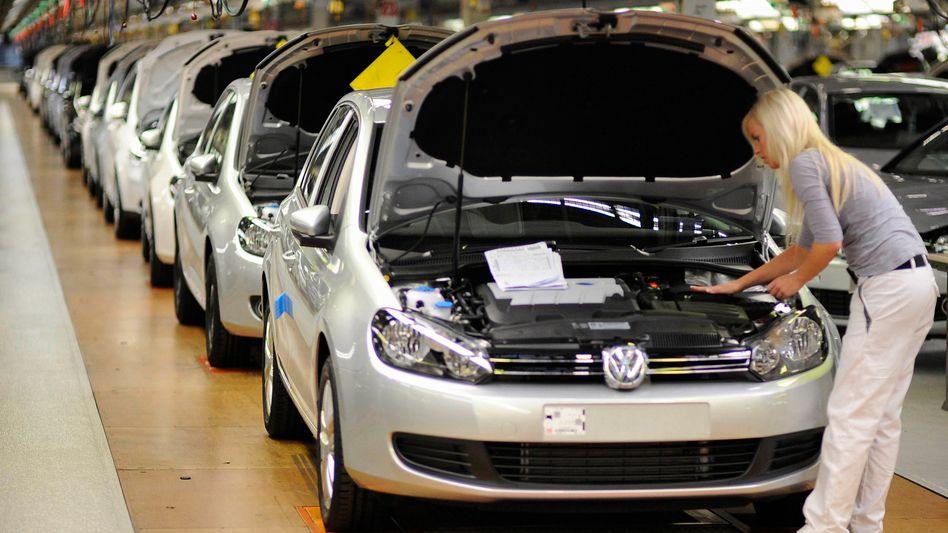Volkswagen-Mitarbeiterin in Wolfsburg: Wenige Leiharbeiter werden übernommen