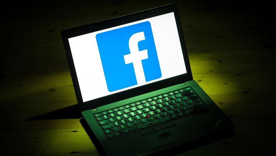 Rechner mit Facebook (Symbolbild)