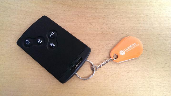 Mit dem orangefarbenen RFID-Chip kann man an vielen Säulen Strom tanken