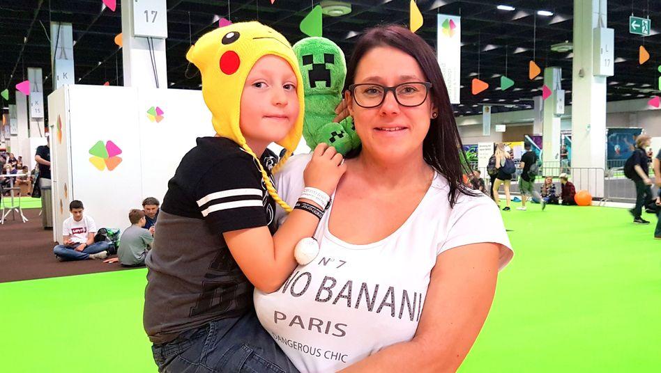 Mutter und Sohn auf der Gamescom