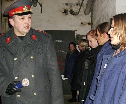 Stillgestanden: Schauspieler demonstrieren Besuchern die Härte des Sowjetdrills.
