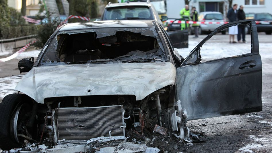 A burned-out car in Hamburg: Arson attacks by left-wing extremists have been on the rise in Germany.