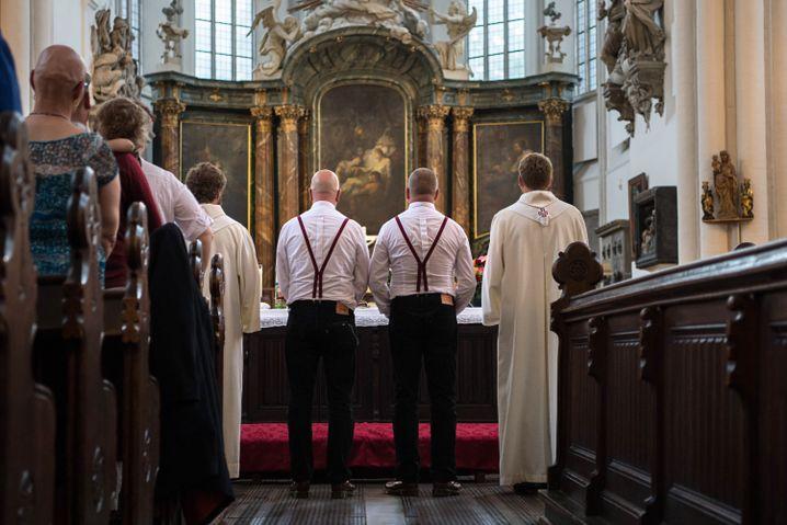 Zwei Männer vor dem Altar der Marienkirche in Berlin