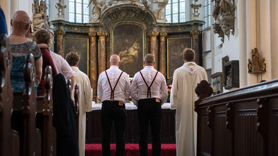 Homosexuelles Paar in der Kirche
