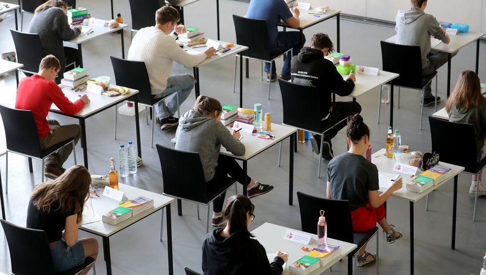 Schüler in der Abi-Prüfung (Symbolbild): Expertin fordert zweite attraktive Säule auf dem Weg dorthin