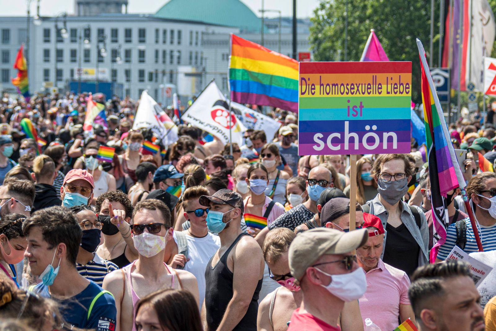 Mehrere tausend Teilnehmer der LGBTIQ-Community nehmen an der Berlin Pride 2020 unter dem Motto Save our Community, Save
