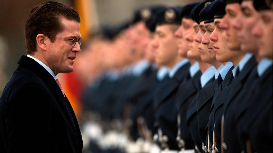 Verteidigungsminister Guttenberg und deutsche Soldaten: Wehrpflicht nicht mehr zeitgemäß