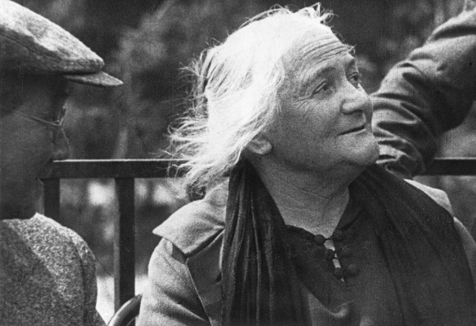 Clara Zetkin (1857 - 1933) am Internationalen Jugendtag auf dem Roten Platz
