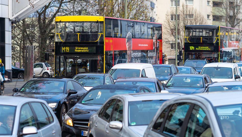 Autoverkehr an der Kreuzung Kurfürstendamm und Bornimer Straße: Berlin war 2020 Deutschlands Stauhauptstadt