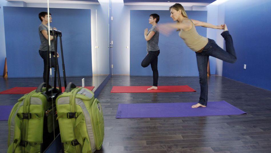 Koffer abstellen, rauf auf die Matte: Flughafen-Yoga entspannt