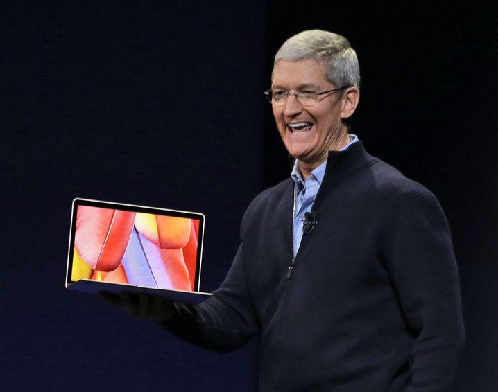 Geschäftsführer Tim Cook mit dem neuen Macbook: Noch dünner als das Macbook Air