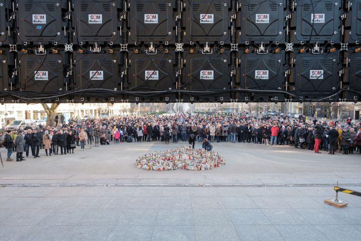 Auf Bildschirmen in Danzig wird die Trauerfeier übertragen.