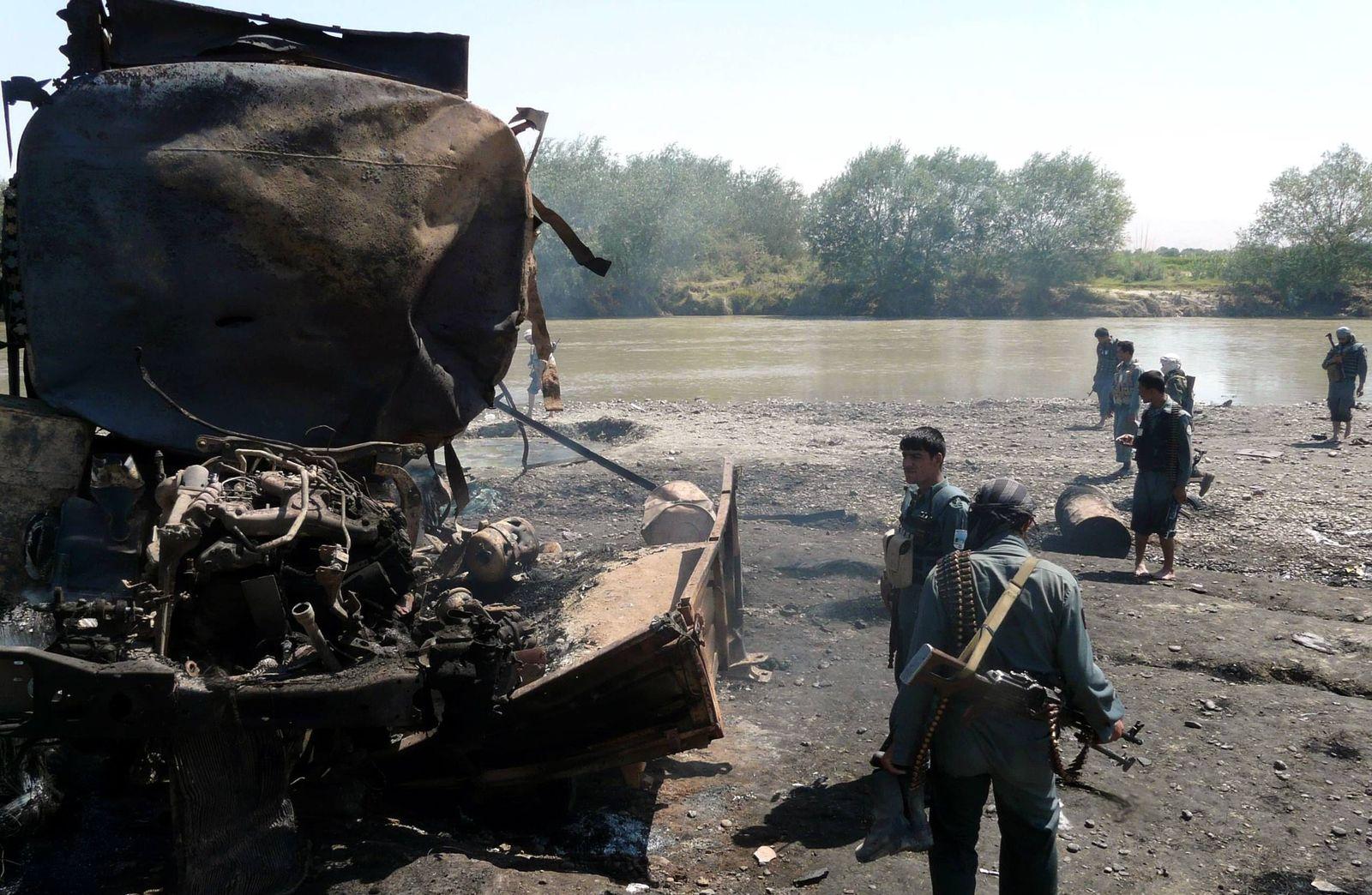 NICHT VERWENDEN Ausgebrannter Tanklaster bei Kunduz