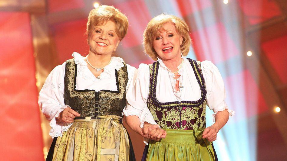 Maria und Margot Hellwig bei einem Auftritt 2010