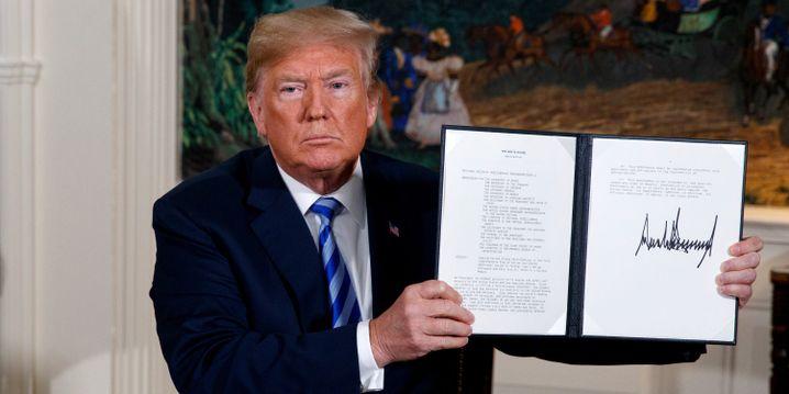 Donald Trump mit Unterschrift zu Iran-Abkommen