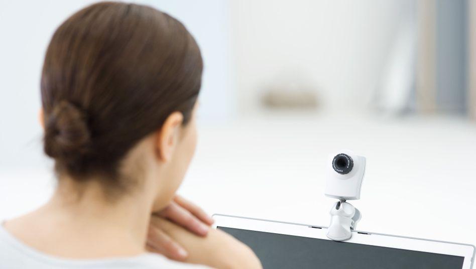 Nutzerin vor Webcam (Symbolbild): Videos von ahnungslosen Menschen auf YouTube
