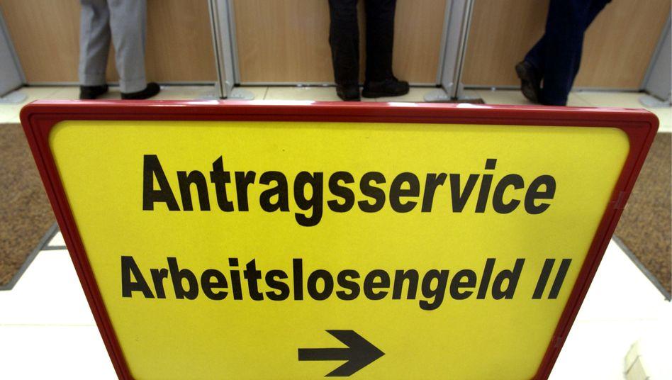 Schild in einem Jobcenter in Halle: Frauen kommen besser weg