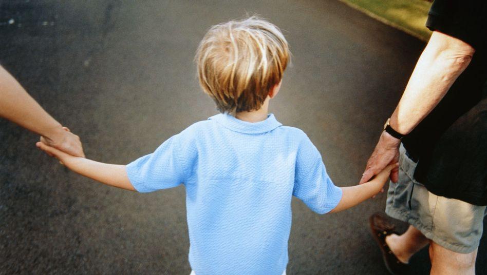 Junge mit Eltern (Symbolbild): Erbitterter Sorgerechtsstreit