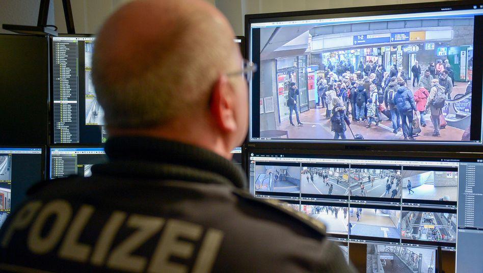 Beamter der Bundespolizei sichtet Livebilder von Kameras am Hamburger Hauptbahnhof (Symbolbild)