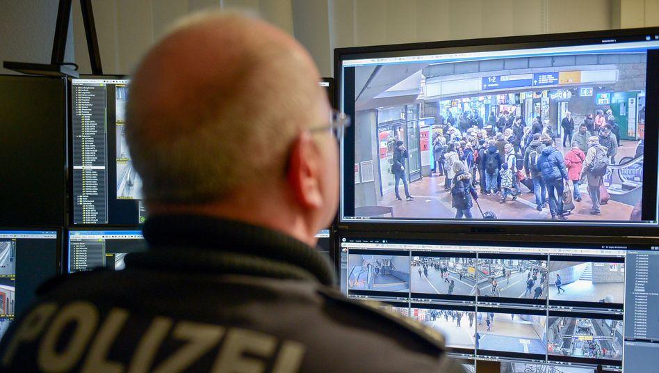 Ein Bundespolizist überwacht Live-Bilder von Überwachungskameras am Hamburger Hauptbahnhof