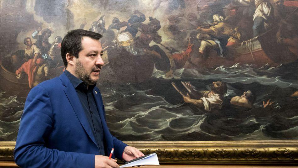 Matteo Salvini vor einem Gemälde mit Schiffbrüchigen
