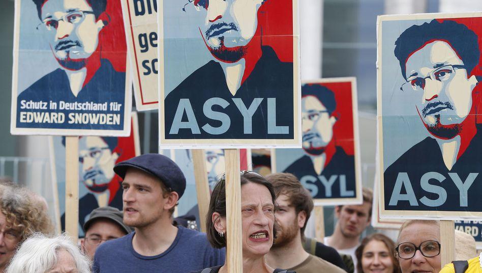 Protesters in Berlin are demanding that Germany grant asylum to NSA whistleblower Edward Snowden.