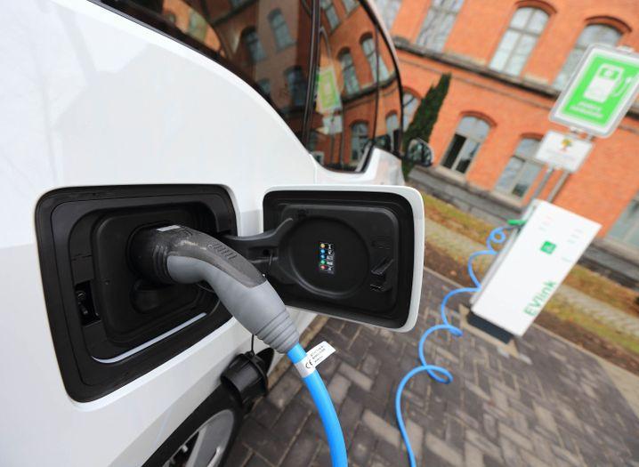 Elektrofahrzeug von BMW an Ladestation