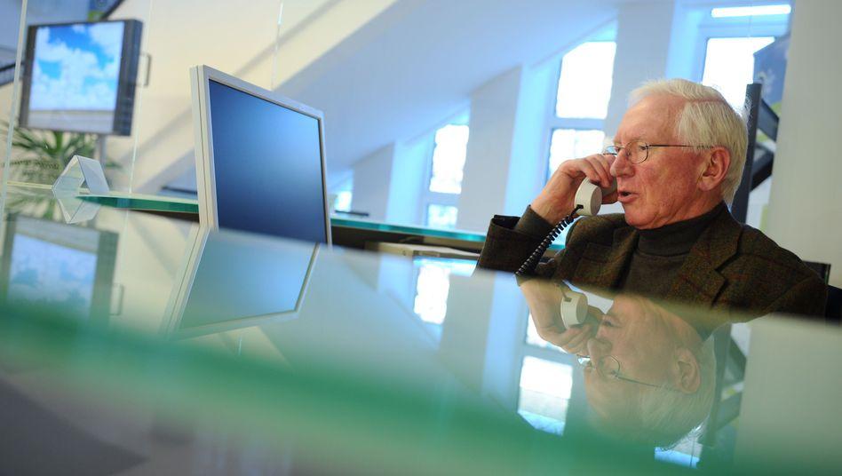 Senior am Telefon: Mehr Krankheitstage, höheres Qualitätsbewusstsein.