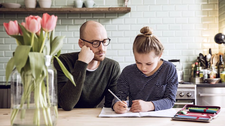 Vater und Tochter beim Homeschooling (Symbolbild): Drei Millionen berufstätige Eltern betroffen