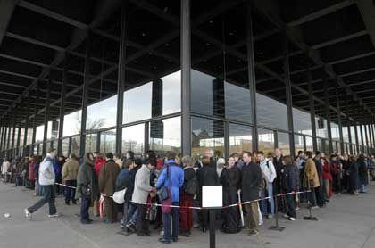 Mittlerweile gehört sie schon fast zum Stadtbild: Die Warteschlange vor der Neuen Nationalgalerie