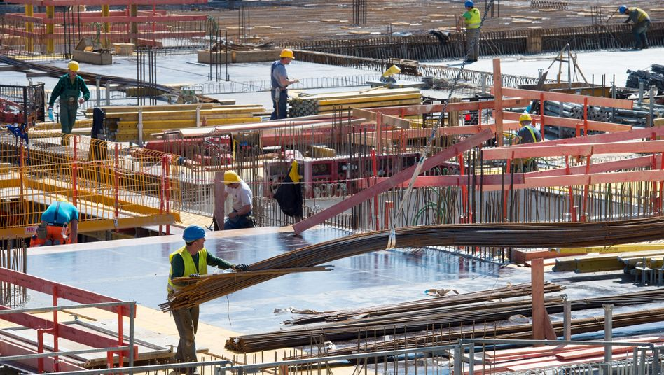 Männer arbeiten auf einer Baustelle in München