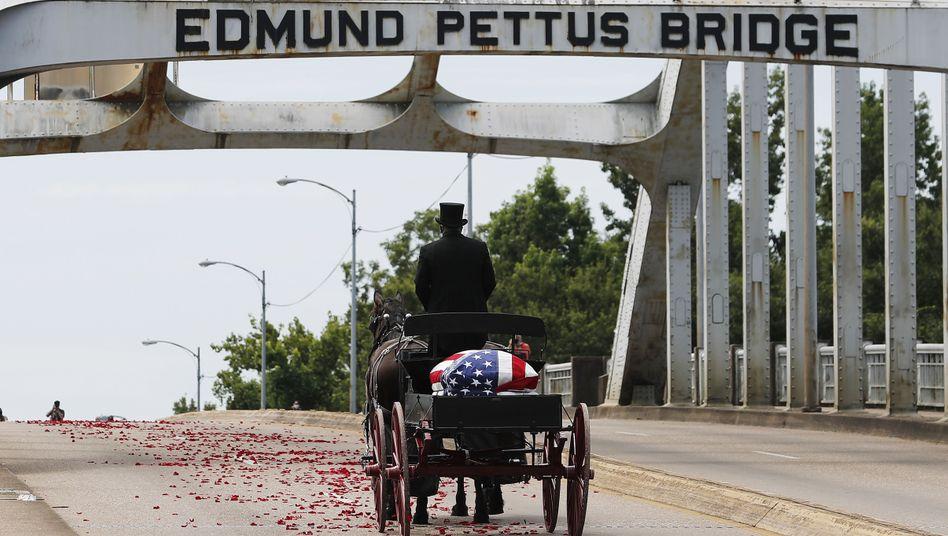 Die Brücke ist nach dem Ku-Klux-Klan-Führer Edmund Pettusbenannt, inzwischen gibt es eine Petition, sie nach Lewis zu benennen