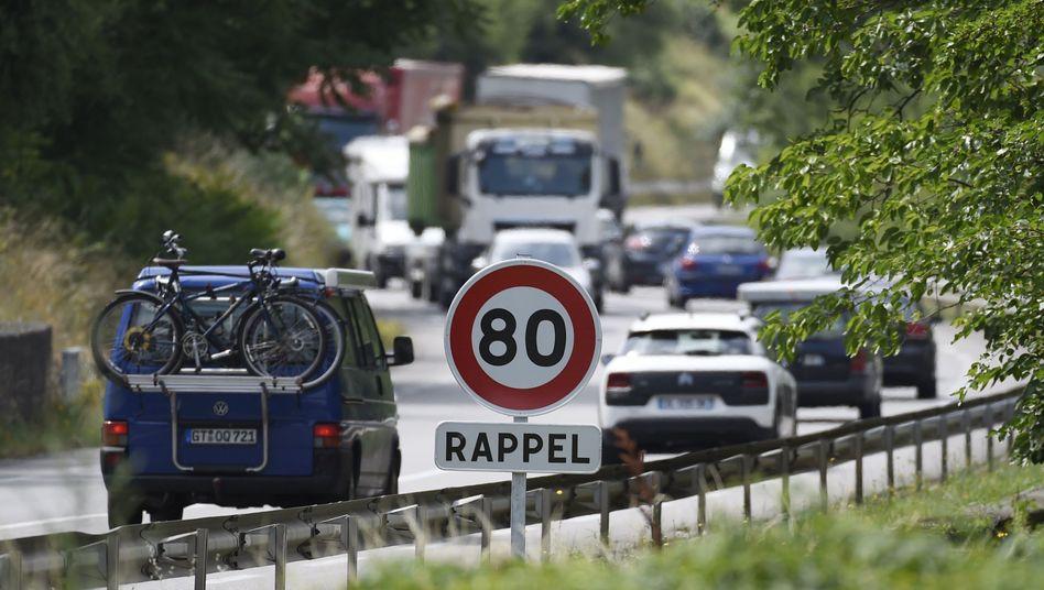 Autos fahren an der Nationalstraße N7 zwischen Gervans und Tain-Hermitage an einem Verkehrsschild vorbei.